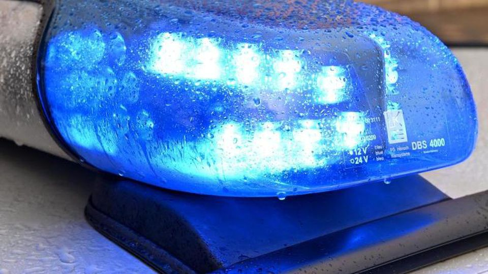 Ein Streifenwagen der Polizei mit eingeschaltetem Blaulicht. Foto: Carsten Rehder/dpa/Archivbild