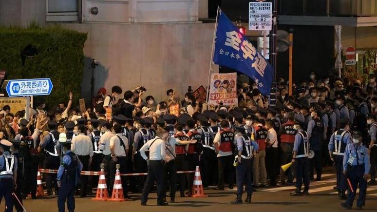 Demonstranten protestieren vor dem Stadion gegen die Austragung der Spiele. Foto: Sebastian Gollnow/dpa
