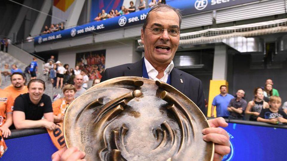 Berlins Trainer Stelian Moculescu feiert den Meistertitel mit der Trophäe. Foto: Felix Kästle/dpa/Archivbild