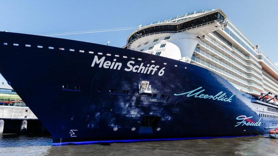 """Das Kreuzfahrtschiff """"Mein Schiff 6"""" hat im Hamburger Hafen festgemacht. Foto: picture alliance / Markus Scholz/dpa/Archivbild"""