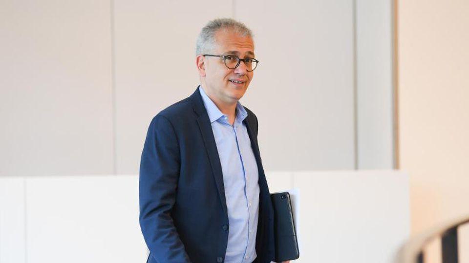Tarek Al-Wazir (Bündnis 90/Die Grünen), Hessens Wirtschaftsminister, nimmt an einer Landtagssitzung teil. Foto: Arne Dedert/Archivbild