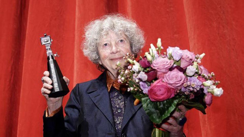 """Ulrike Ottinger mit der frisch gewonnenen Auszeichnung """"Berlinale Kamera"""". Foto: Michael Kappeler/dpa"""