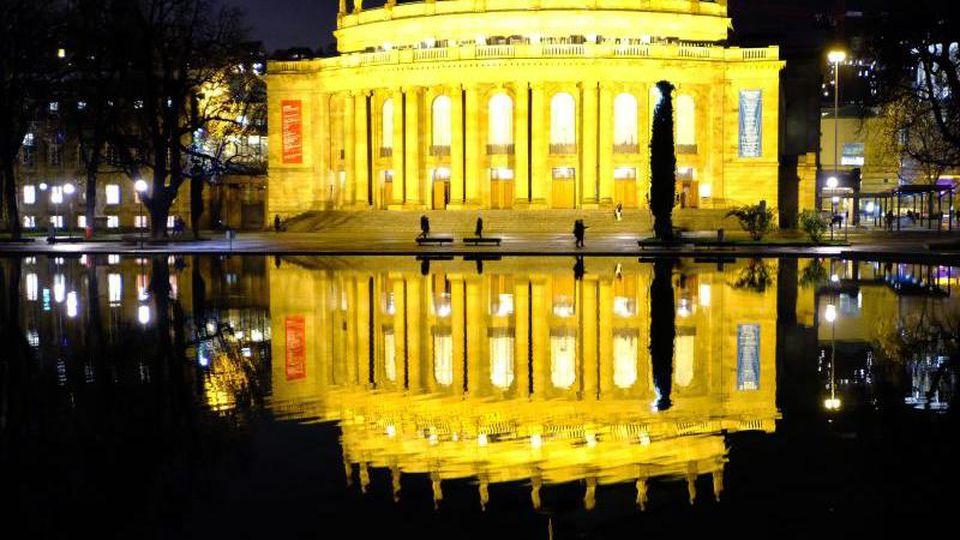 Das hell erleuchtete Opernhaus in Stuttgart. Foto: Bernd Weissbrod/Archivbild