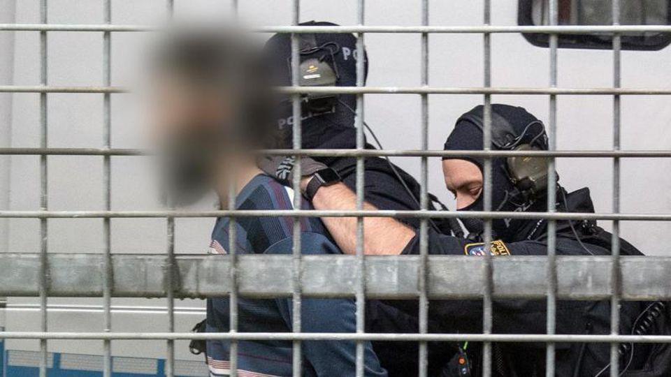 Vermummte Beamte einer Spezialeinheit der Polizei bringen den terrorverdächtigen Mann zur Haftvorführung am Gericht. Foto: Boris Roessler/dpa