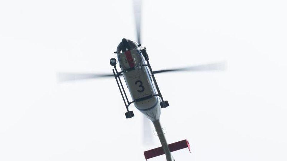 Ein Polizeihubschrauber fliegt am Himmel. Foto: Robert Michael/dpa-Zentralbild/ZB/Archivbild