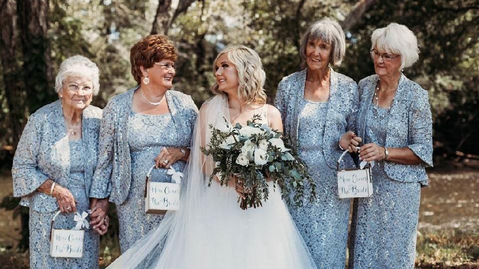 Lindseys Blumenmädchen waren ihre 90-jährige Urgroßmutter, Kathleen Brown, neben ihr die 70-jährige Großmutter des Bräutigams, Joyce Raby. Daneben die 76-jährige Großmutter der Braut, Wanda Grant und daneben die 72-jährige Großmutter der Braut, Betty Brown.
