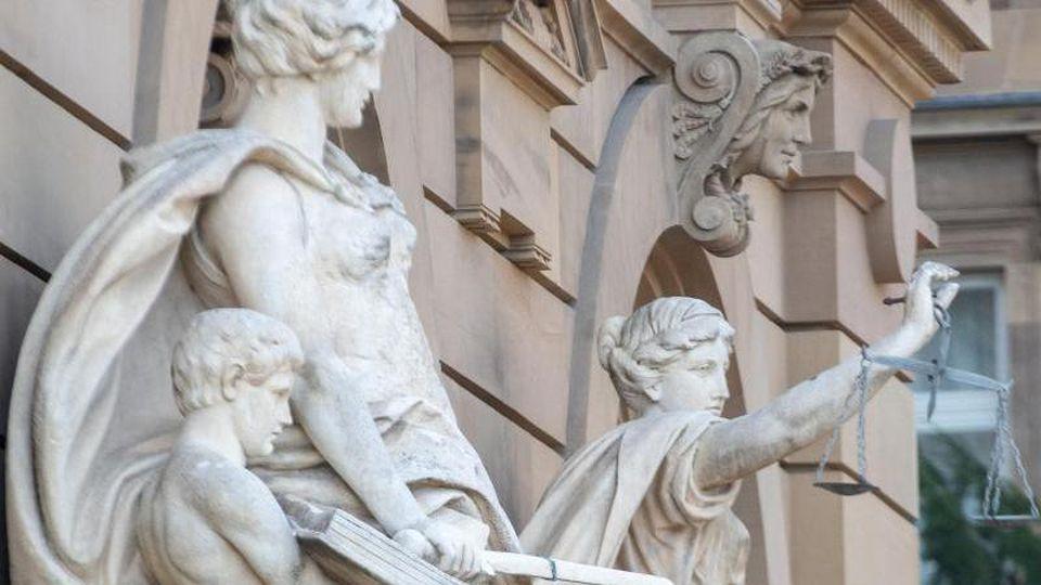 Vor dem Landgerichtsgebäude steht u.a. eine Statue der Justitia. Foto: Stefan Puchner/dpa/Archiv