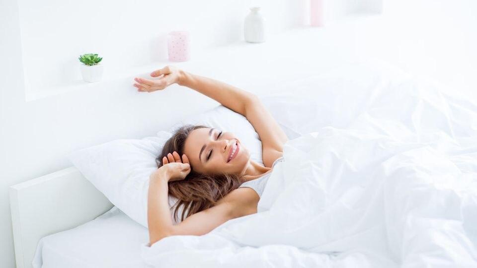 Mit unseren zehn Schlaf-Hacks starten Sie am Montag ausgeschlafen und fit in die neue Woche.