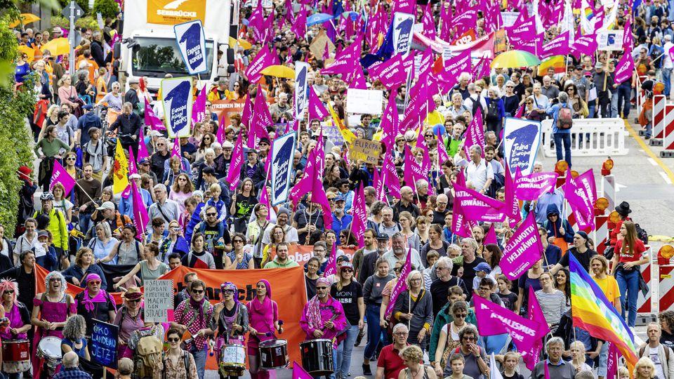 DEU, Deutschland, Stuttgart, Baden-Württemberg, 19.05.2019: Pro Europa - Großdemonstration in Stuttgart des Bündnis Ein Europa für Alle - Deine Stimme gegen Nationalismus. Zur Demonstration rief ein Bündnis aus insgesamt 57 Organisationen auf. *** DE