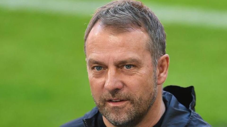 Münchens Trainer Hansi Flick bei einem Interview. Foto: Andreas Gebert/Reuters-Pool/dpa/Archivbild
