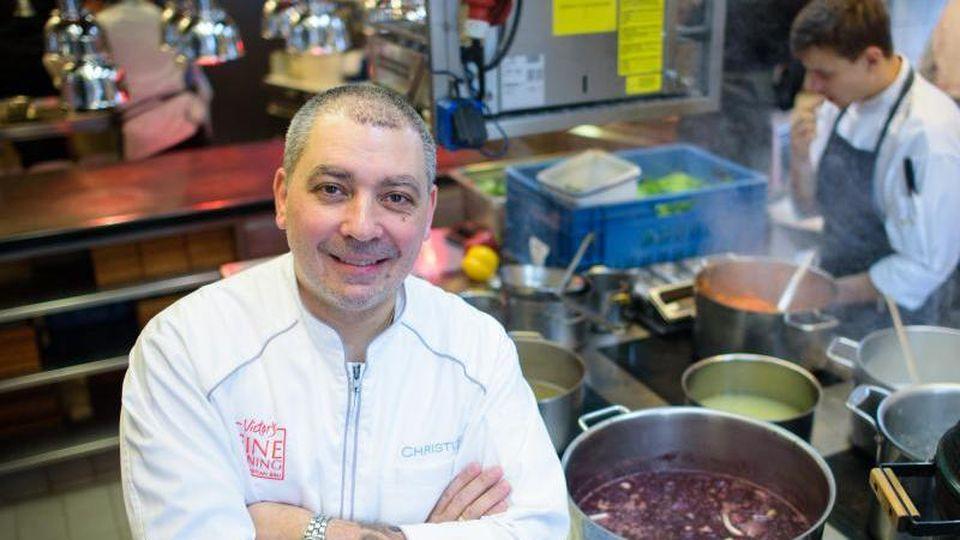"""Koch Christian Bau steht in der Küche seines Restaurants """"Victor's Fine Dining"""". Foto: picture alliance / Oliver Dietze/dpa"""