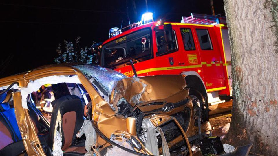 Das zerstörte Fahrzeug am Unfallort. Foto: Jonas Walzberg/dpa