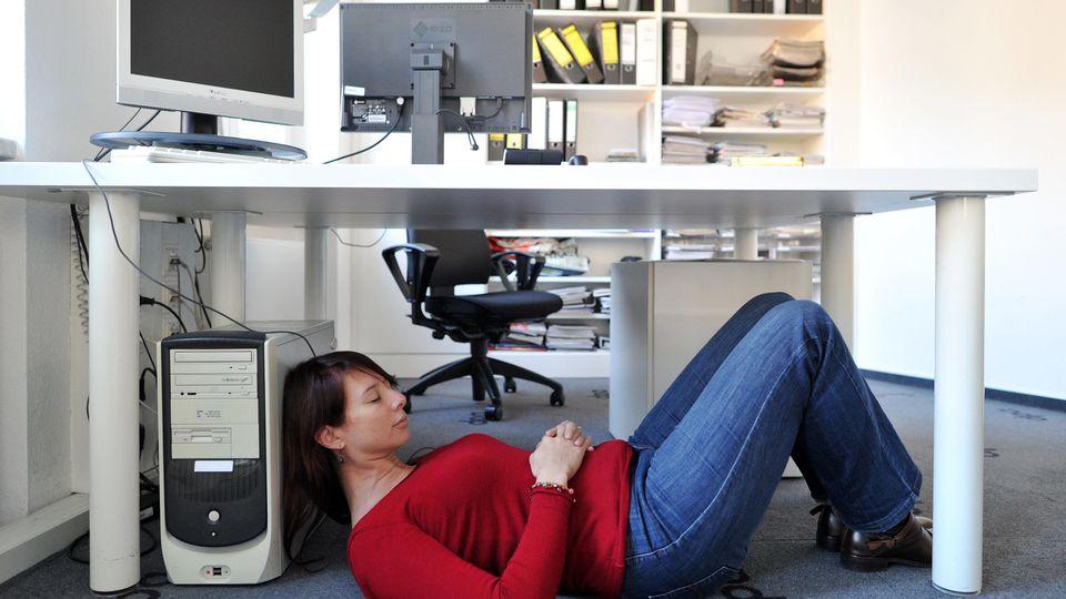 ILLUSTRATION - Eine junge Frau fuehrt am 26.11.2015 in einer Wohnung in Hamburg nach Anleitung auf einem Tablet eine Sportuebung aus. Foto: Christin Klose | Verwendung weltweit