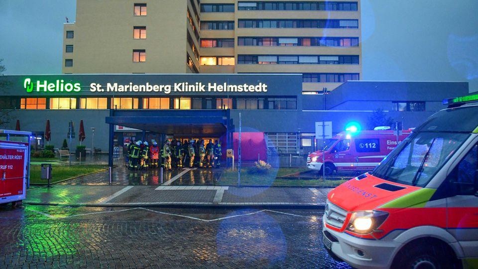 20.05.2019, Niedersachsen, Helmstedt: Krankenwagen stehen vor dem Krankenhaus, in dessen Eingangsbereich sich Feuerwehrleute versammelt haben. Das Krankenhaus musste zum Teil wegen eines Wasserschadens evakuiert werden. Die «Mitteldeutsche Zeitung» b