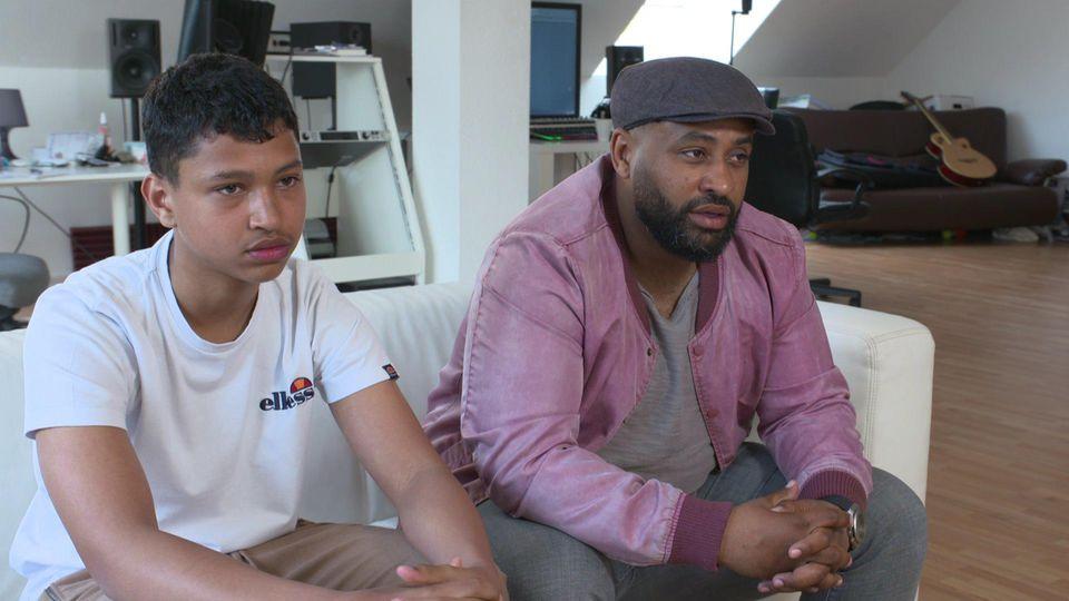 Samuel L. und sein Vater Ado Kojo erklären im RTL-Interview, was sie der Kopernikus-Realschule in Langenfeld vorwerfen.
