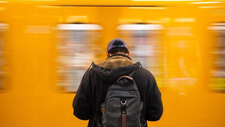 U-Bahn und Fahrgast in Berlin. Foto: Arne Immanuel Bänsch/Archiv