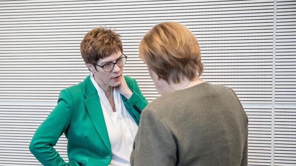 CDU-Chefin Annegret Kramp-Karrenbauer Mitte März im Gespräch mit der Kanzlerin. Foto: Michael Kappeler