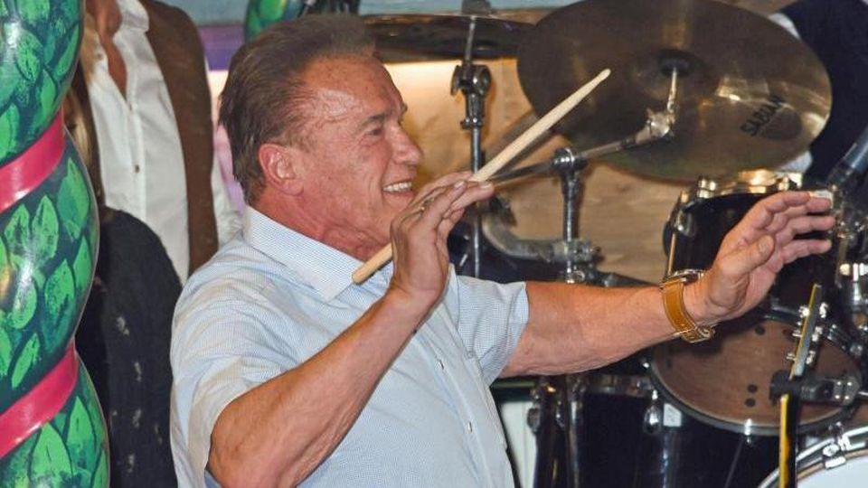 Arnold Schwarzenegger dirigiert im Marstall Festzelt auf dem Oktoberfest. Foto:Ursula Düren