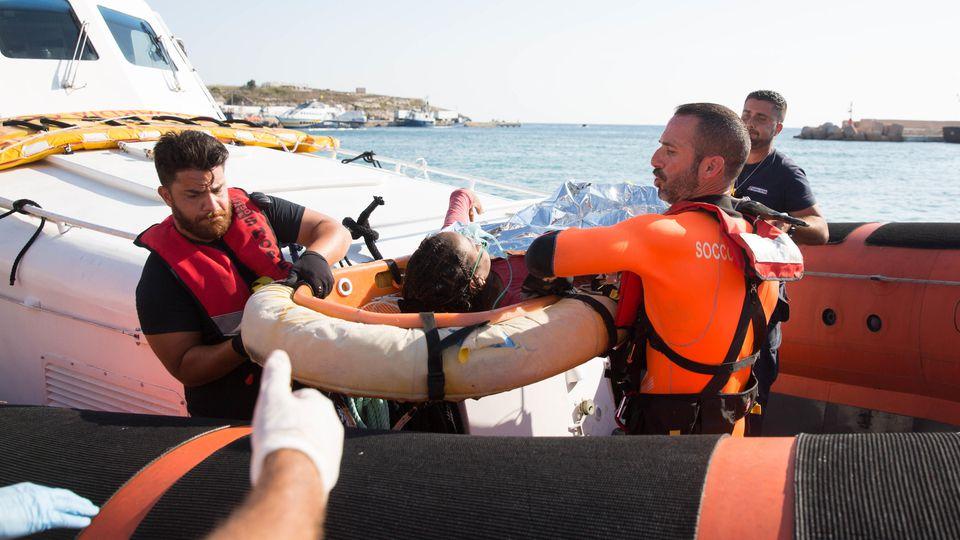 """Zwei Frauen werden von der Guardia Costeria als medizinischer Notfall vom Schiff """"Open Arms"""" evakuiert. Eine der Frauen war nicht mehr bei Bewusstsein."""