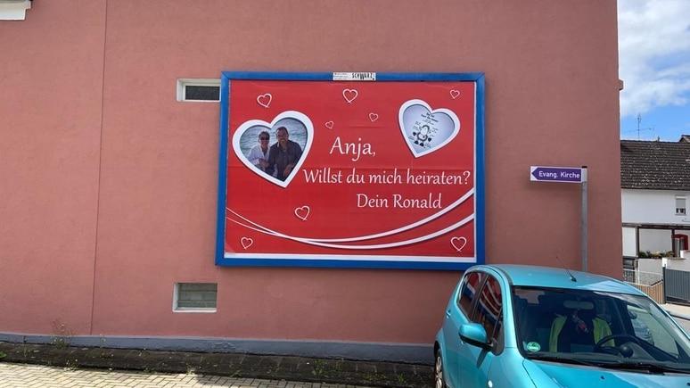 Das Plakat mit dem romantischen Heiratsantrag an der Frankfurter Straße in Linden bei Gießen. Anja entdeckte es auf dem Weg zur Arbeit.