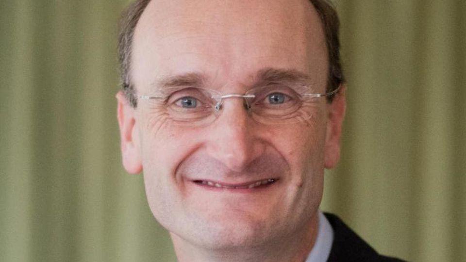 Andrew Manze, Chefdirigent der NDR Radiophilharmonie, im Landesfunkhaus Niedersachsen des NDR. Foto: Julian Stratenschulte