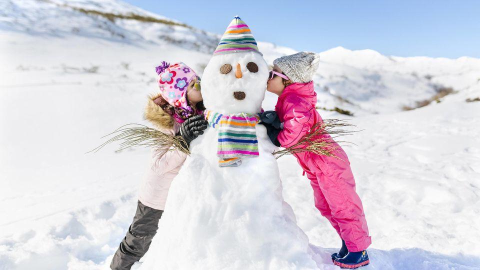 Spain, Asturias, kids playing with snowmen, kissing model released Symbolfoto PUBLICATIONxINxGERxSUIxAUTxHUNxONLY MGOF001982Spain Asturias Kids Playing With snowmen Kissing Model released Symbolic image PUBLICATIONxINxGERxSUIxAUTxHUNxONLY MGOF001982
