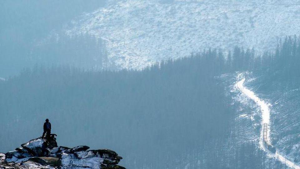 Ein Tourist auf dem Brocken-Gipfel. Foto: Klaus-Dietmar Gabbert/dpa-Zentralbild/dpa/Archivbild