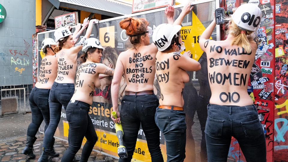 FEMEN Aktion mit Aktiviten Internationaler Weltfrauentag in Hamburg - Frauentag Frauenrechte Gender - Aktivistinnen flexen die Barriere zur Herbertstraße auf Hamburg St. Pauli auf - FEMEN Action with activities International Women s Day in Hamburg -