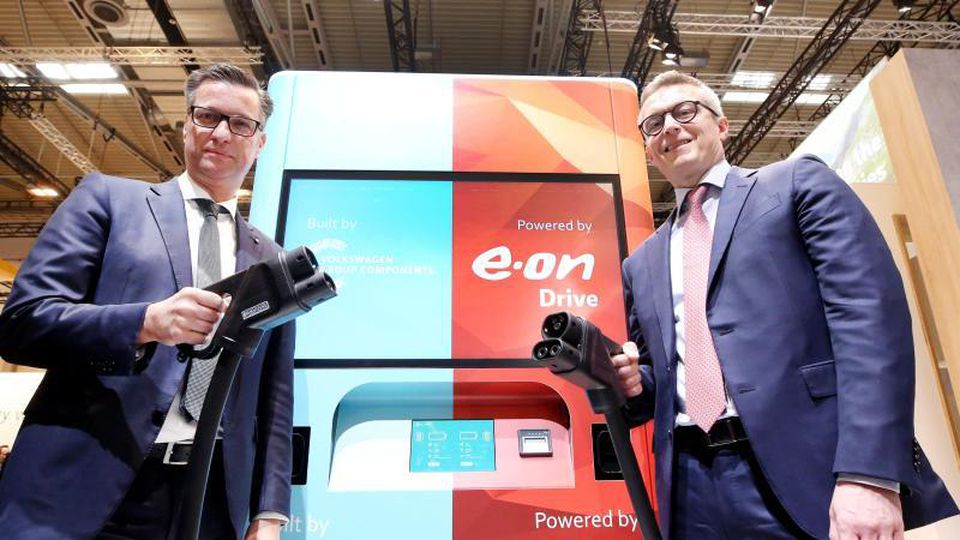Thomas Schmall (l), VW-Vorstand für Komponenten, und Karsten Wildberger, Eon Vorstandsmitglied. Foto: Roland Weihrauch/dpa/Archivbild