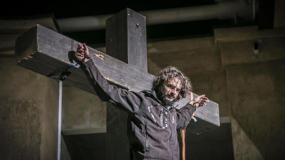 Der Jesus-Darsteller Rochus Rückel hängt im Passionstheater am Kreuz. Foto: Andreas Stückl/Passionsspiele Oberammergau 2020/dpa