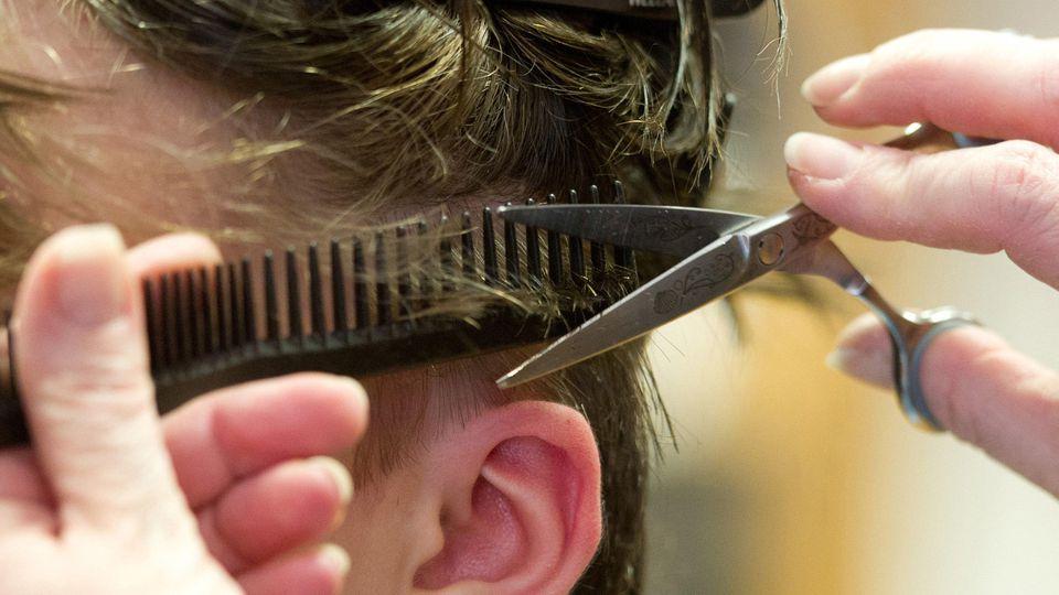 Eine Friseurin in Eschweiler soll trotz positivem Corona-Test zur Arbeit gegangen sein. (Foto: Motivbild)