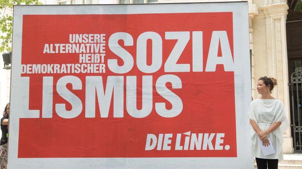"""""""Demokratischer Sozialismus"""": Die sächsische Landesvorsitzende der """"Linken"""", Antje Feiks, steht neben einem Wahlplakat in Dresden. Foto: Sebastian Kahnert"""