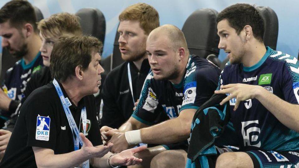 Berlins Trainer Velimir Petkovic (l-r) spricht mit Paul Drux und Stipe Mandalinic. Foto: Frank Molter/Archivbild