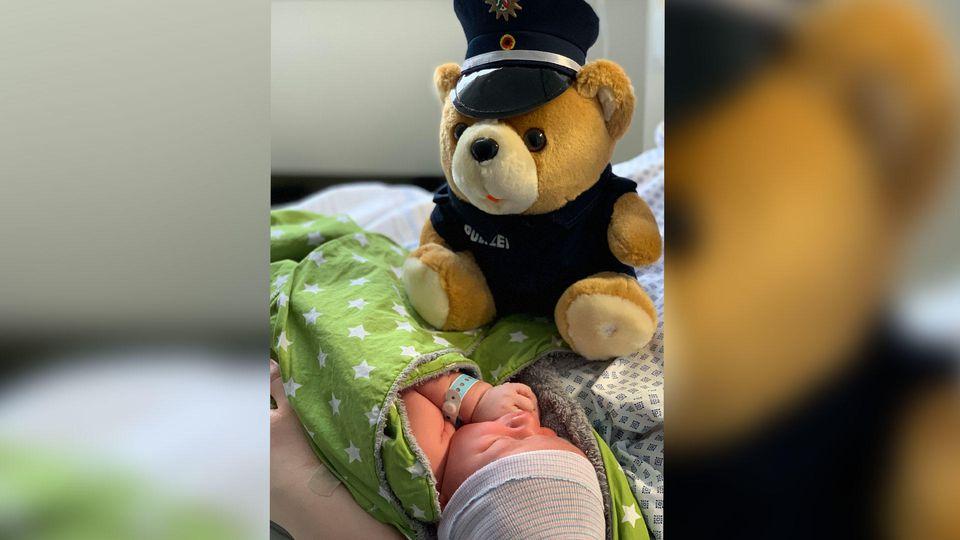 Gruß der Polizei Recklinghausen: Anton mit seinem ersten Teddybär