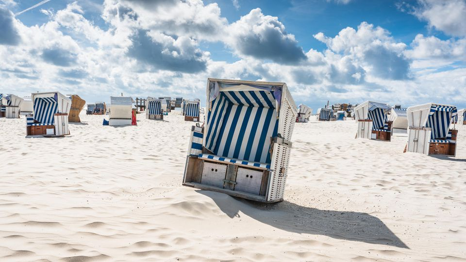 Im Strandkorb am Meer sitzen? Für viele von uns die große Hoffnung für 2021.