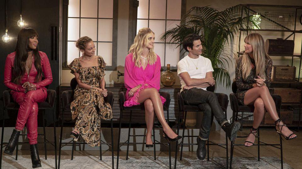 """Heidi Klum (r.) bekommt bei """"Making the Cut"""" u.a. Unterstützung von Naomi Campbell, Nicole Richie, Chiara Ferragni und Joseph Altuzarra (v.r.)."""