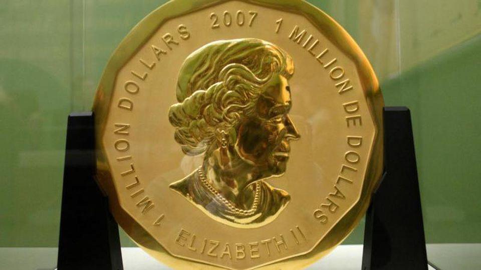 "Die 100 Kilogramm schwere Goldmünze ""Big Maple Leaf"" im Bode-Museum in Berlin. Foto: Marcel Mettelsiefen/dpa"