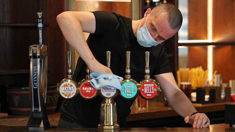 Ab heute sprudeln die Zapfhähne in den Pubs wieder. Kritiker halten die Öffnung für verfrüht.