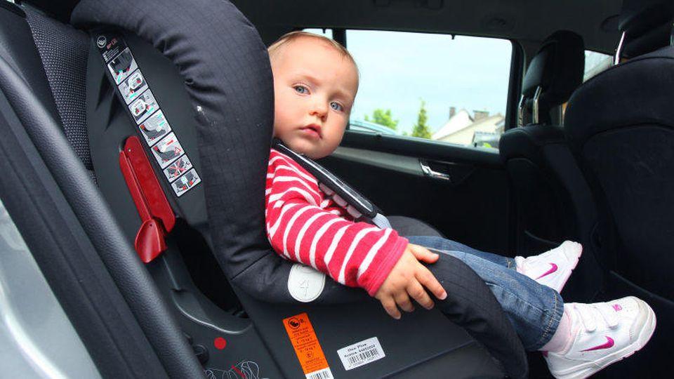 Kindersitze sollen die Fahrt für die Kleinen besonders sicher machen - doch gelingt das auch allen Modellen?