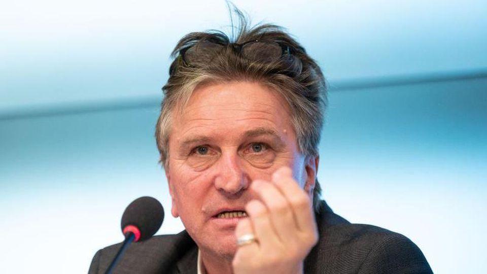 Manfred Lucha (Bündnis 90/Die Grünen), Minister für Gesundheit in Baden-Württemberg, gestikuliert. Foto: Marijan Murat/dpa