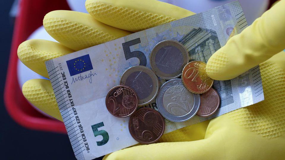 Wenn das Geld vorne und hinten nicht reicht, sind Menschen auf einen Zweit- oder sogar Dritt-Job angewiesen. In Deutschland arbeiten mehr als 3,5 Millionen Menschen in mehreren Jobs.
