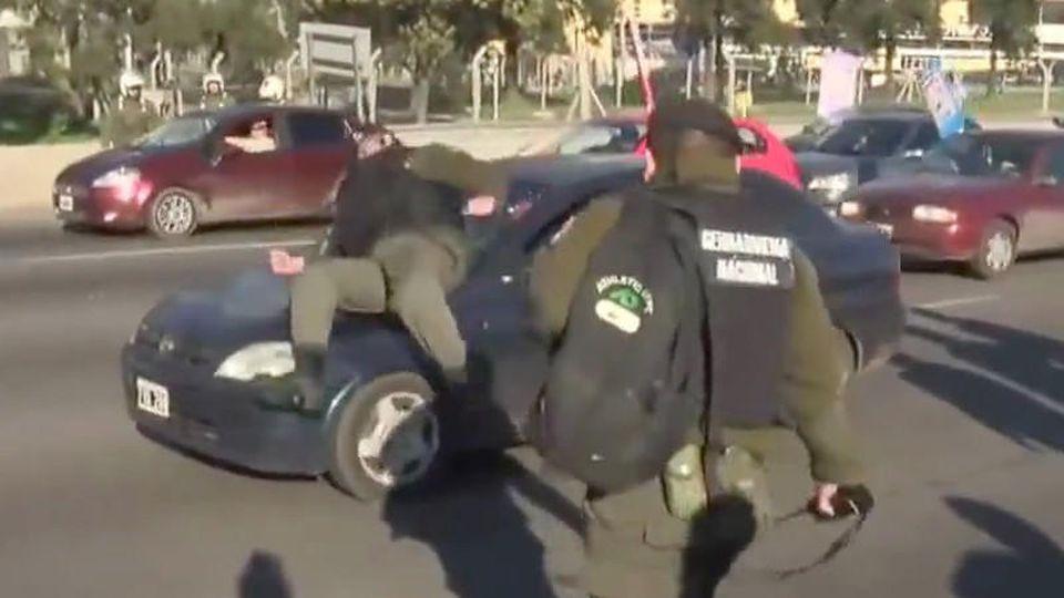 Vorgetäuschter Autounfall: Polizeibeamter springt mit Absicht auf Auto.