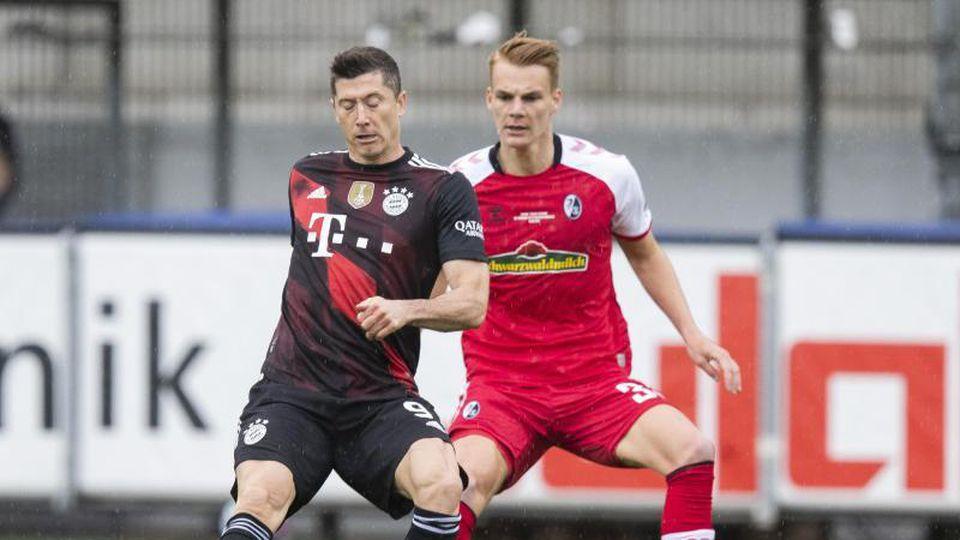 Erzielte in Freiburg sein 40. Saisontor: Bayern-Torjäger Robert Lewandowski (l). Foto: Tom Weller/dpa
