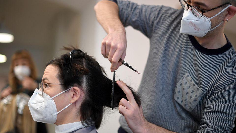 Mit Masken, Desinfektion & Co. dürfen Friseure in Deutschland am 1. März wieder öffnen.