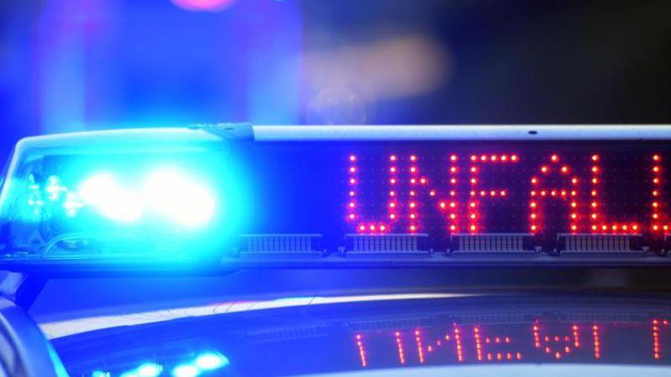 Auf einem Polizeifahrzeug warnt eine Leuchtschrift vor einem Unfall. Foto: Stefan Puchner/dpa/Archiv