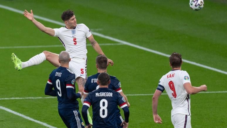 Er hatte die dicke Chance zum 1:0 für England nach elf Minuten: John Stones von Manchester City.  Aber sein Kopfball landete am Aluminium.