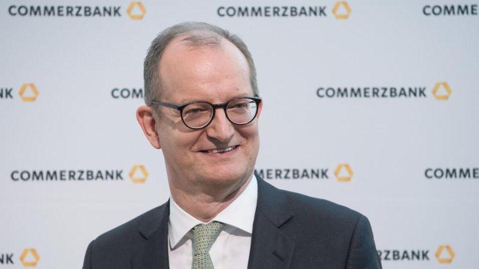 Martin Zielke, Vorstandschef der Commerzbank, schaut in die Runde. Foto: Boris Roessler/dpa