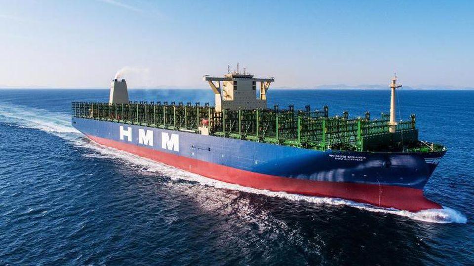 """Der Containerfrachter """"HMM Algeciras"""" im März 2020 auf Werftprobefahrt. Foto: HMM Ltd. Seoul/Korea/dpa/Archivbild"""