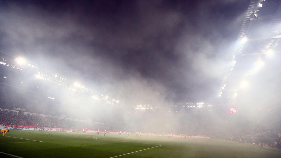 Qualm der Pyrotechnik-Boeller in der Opel-Arena FSV Mainz 05 vs Eintracht Frankfurt, Fussball, 1. Liga, 02.12.2019 DFL REGULATIONS PROHIBIT ANY USE OF PHOTOGRAPHS AS IMAGE SEQUENCES AND/OR QUASI-VIDEO FSV Mainz 05 vs Eintracht Frankfurt, Fussball, 1