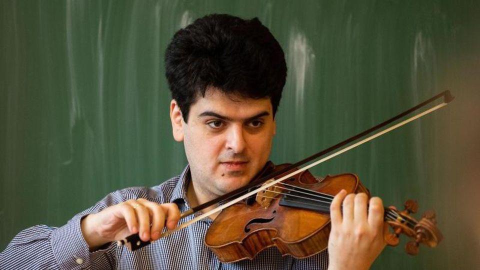 Geiger Michael Barenboim spielt auf seinem Instrument. Foto: Robert Michael/zb/dpa